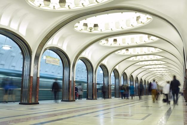 Movimento borrado de passageiros na estação de metro. Foto Premium