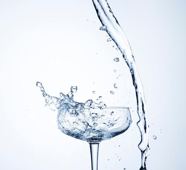 Movimento de água realista em close-up de vidro Foto gratuita