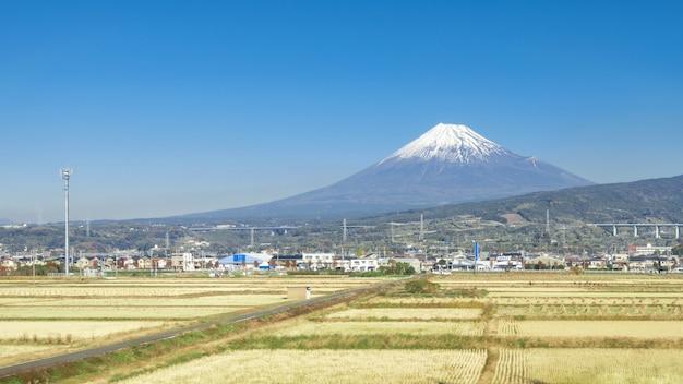 Mt fuji com céu azul e campo de arroz, japão Foto Premium