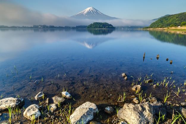 Mt. fuji refletiu na água no lago kawaguchiko, yamanashi Foto Premium