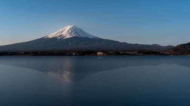 Mt fuji reflexo na água, paisagem no lago kawaguchi Foto Premium