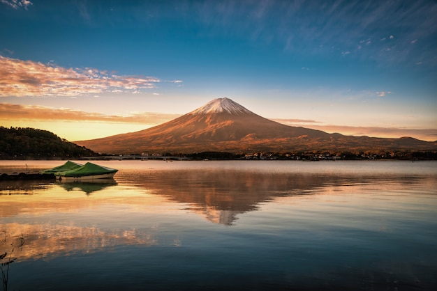 Mt. fuji sobre o lago kawaguchiko ao pôr do sol em fujikawaguchiko, japão. Foto Premium