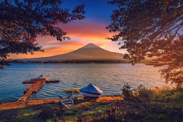 Mt. fuji sobre o lago kawaguchiko com folhagem de outono e barco ao nascer do sol em fujikawaguchiko, japão. Foto Premium