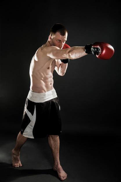Muay thai lutador muscular de perfuração Foto Premium