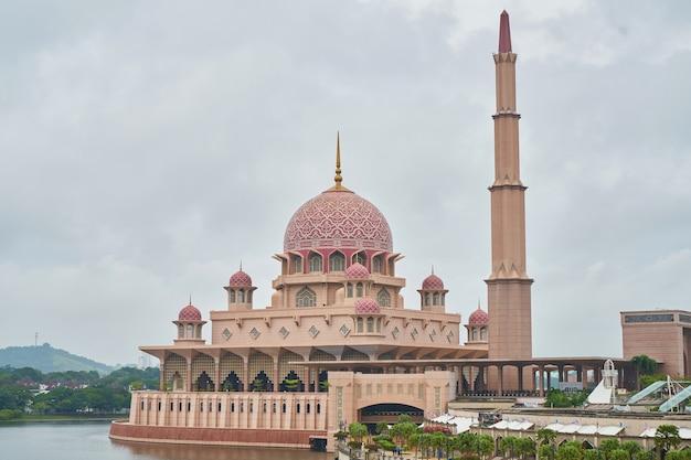 Muçulmano marco outdoor vermelho viajar Foto gratuita