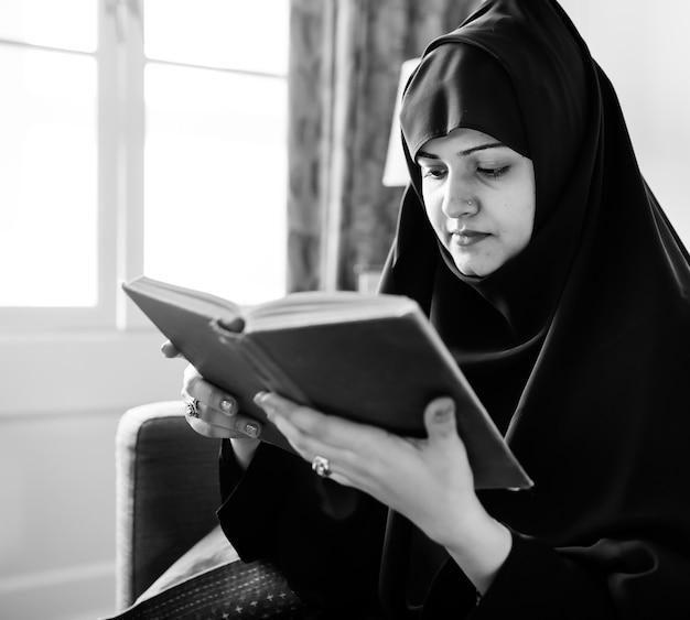 Muçulmanos lendo do alcorão Foto gratuita