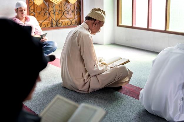 Muçulmanos lendo o alcorão Foto Premium