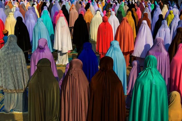 Muçulmanos orando juntos na mesquita Foto Premium