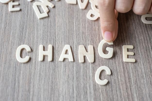 Mudança e chance palavra de letras do alfabeto de madeira. conceito de negócio e idéia Foto Premium