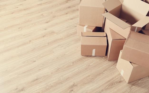 Mudando de casa com caixas de papelão Foto gratuita