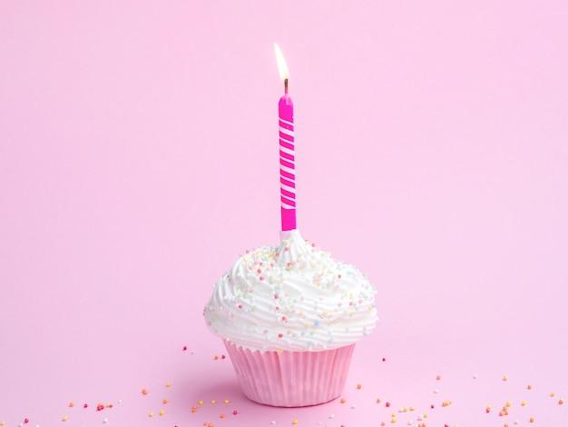 Muffin de aniversário delicioso com vela rosa Foto gratuita
