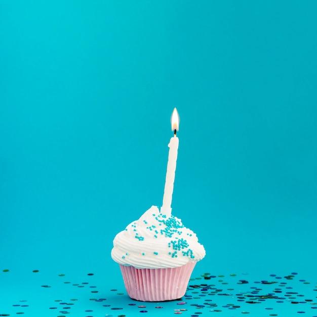 Muffin de aniversário gostoso sobre fundo azul Foto gratuita