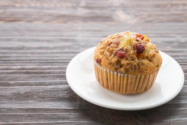 Muffin na mesa de madeira Foto gratuita