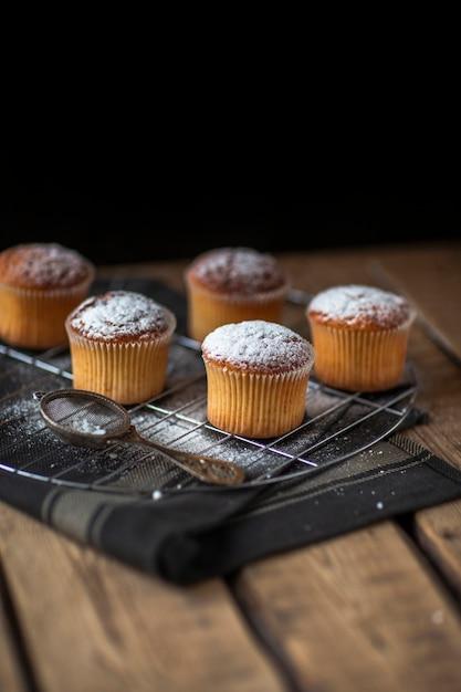 Muffins de alto ângulo na bandeja Foto gratuita