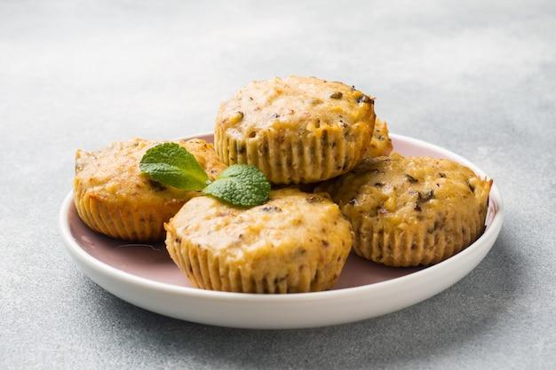 Muffins de aveia vegetariano com mirtilos e nozes em uma placa Foto Premium