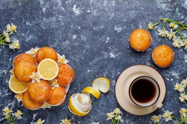 Muffins de limão caseiros deliciosos recém-assados com limões em um prato Foto gratuita