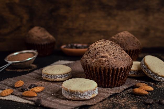 Muffins e biscoitos com fundo desfocado Foto gratuita