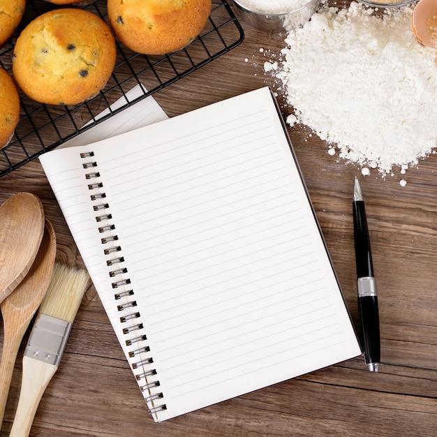 Muffins frescos com caderno em branco Foto Premium