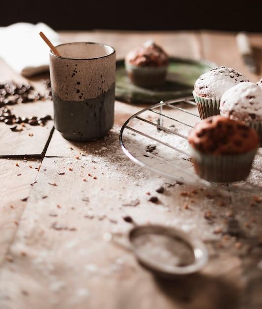 Muffins no rack de arrefecimento Foto gratuita