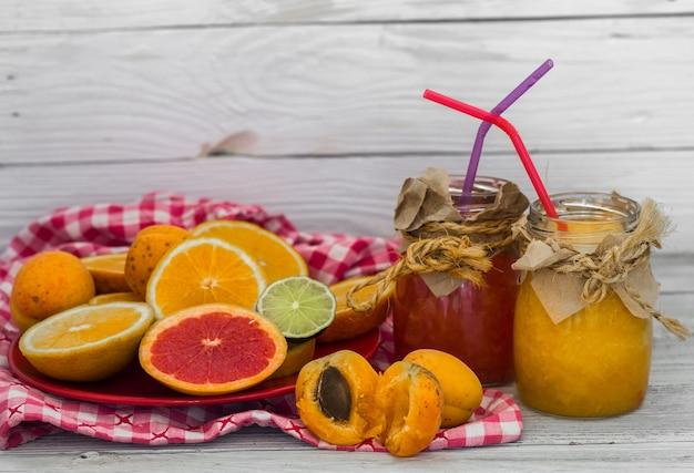 Muita fruta fresca cortada na parede de madeira, bebida, comida saudável Foto gratuita