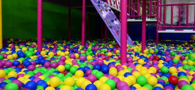 Muitas bolas de plástico coloridas em um ballpit de crianças em um playground Foto Premium