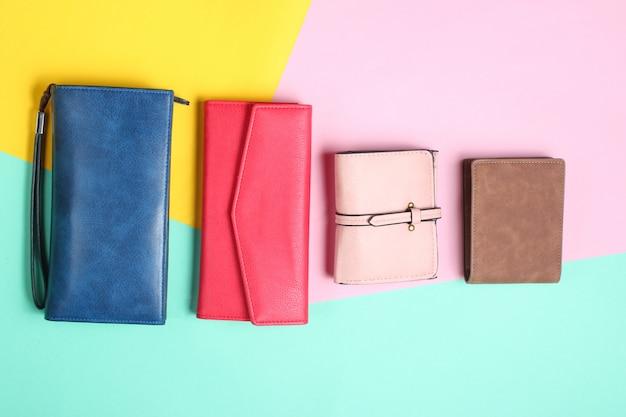 Muitas bolsas de couro em um fundo pastel colorido. vista do topo Foto Premium