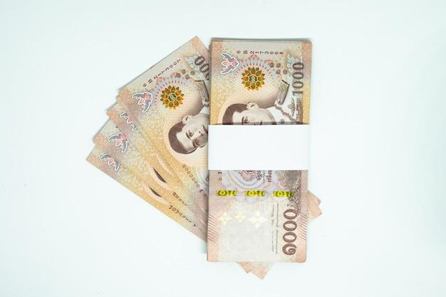 Muitas das notas tailandesas no fundo isolado Foto Premium