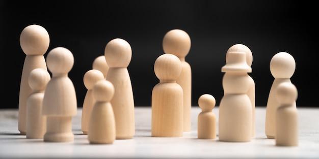 Muitas figuras humanas de madeira, homem e mulher em pé. Foto Premium