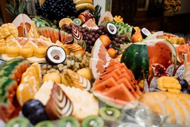 Muitas frutas diferentes estão na mesa da restauração Foto gratuita