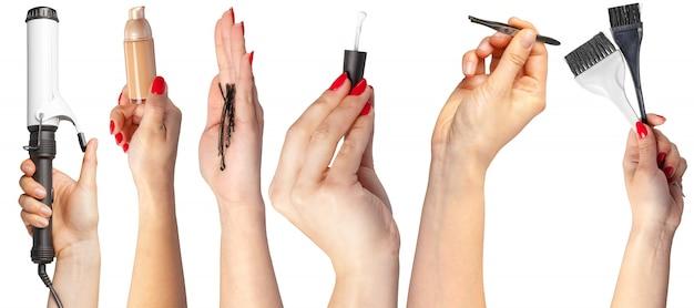 Muitas mãos com itens de maquiagem Foto Premium