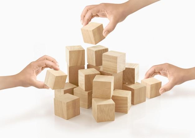 Muitas mãos jogando caixa de madeira no isolado. Foto Premium
