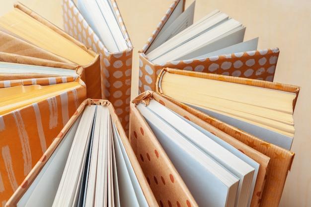 Muitas pilhas de livros. Foto Premium