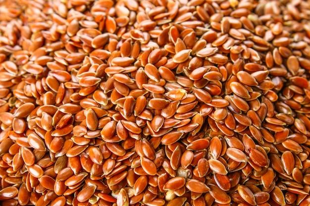 Muitas sementes de linho são espalhadas no fundo e colocadas em um prato de barro Foto Premium
