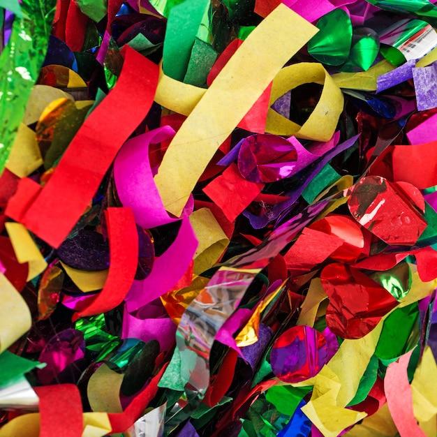 Muitas serpentinas e confetes Foto gratuita