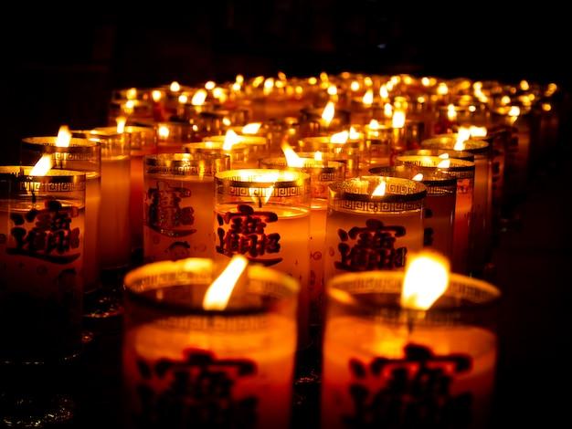 Muitas velas asiáticas Foto Premium