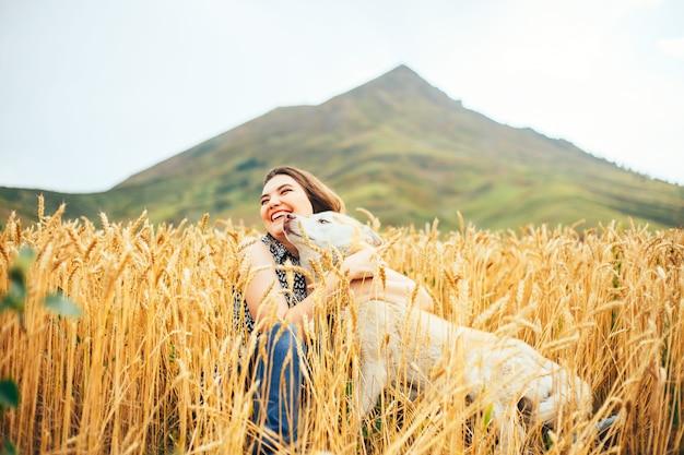 Muito jovem, com cabelos morenos e seu yorkshire terrier em um dia de verão Foto Premium