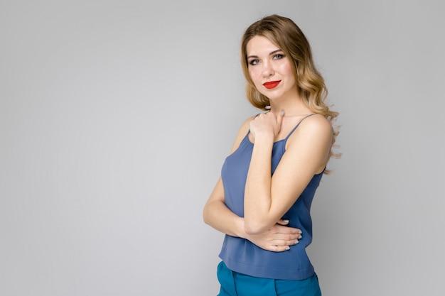 Muito jovem loira em roupas azuis séria confiante Foto Premium