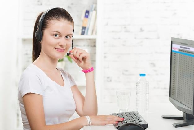 Muito jovem mulher sorridente com um fone de ouvido Foto Premium