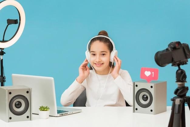 Muito jovem, tentando novos fones de ouvido Foto gratuita