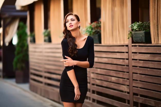 Muito linda jovem morena vestindo na rua Foto Premium