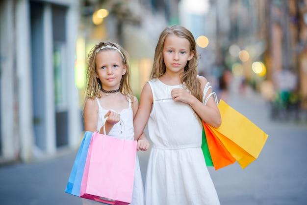 Muito sorridente meninas com sacolas de compras Foto Premium