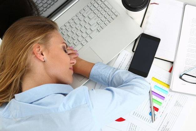 Muito trabalho espera por mulher cansada e exausta Foto Premium