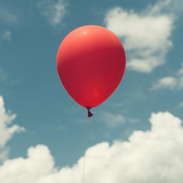 Muitos balões coloridos no céu azul, conceito de amor no verão e namorados, lua de mel de casamento. imagens de estilo de efeito vintage. Foto gratuita