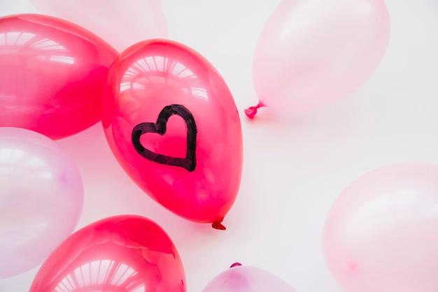Muitos balões com coração pintado Foto gratuita