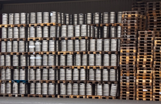 Muitos barris de metal de cerveja Foto gratuita