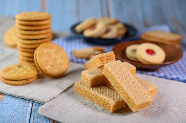Muitos biscoitos são colocados no tecido e depois sobre uma mesa de madeira. Foto gratuita