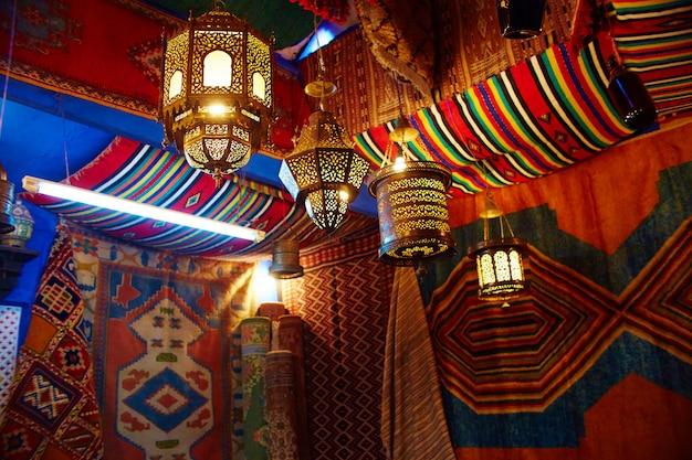 Muitos diferentes souvenirs e presentes ruas marrocos Foto Premium
