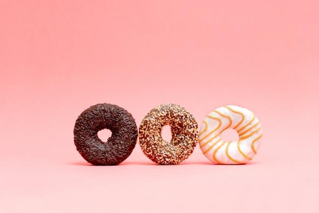 Muitos donuts lindos sobre fundo azul Foto Premium