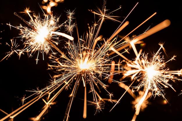Muitos fogos de artifício dourados à noite no céu Foto gratuita