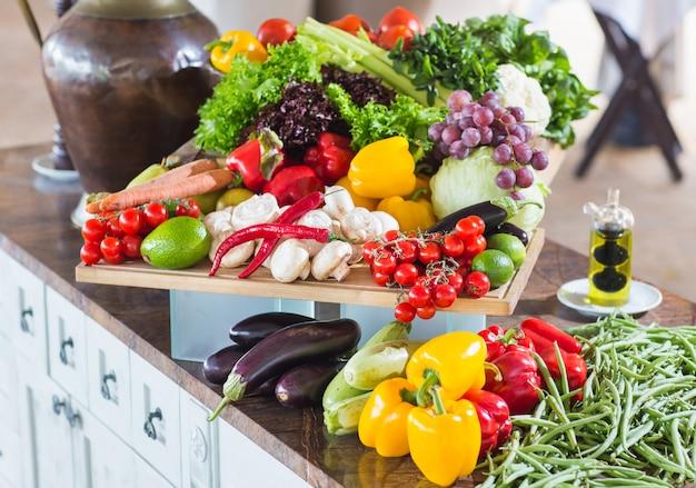 Muitos legumes em cima da mesa. Foto Premium